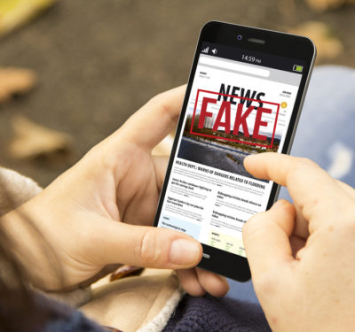 smartphone screen with Fake News banner